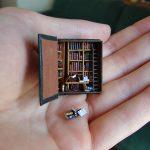 Een biblibotheek in een houten boekdoosje